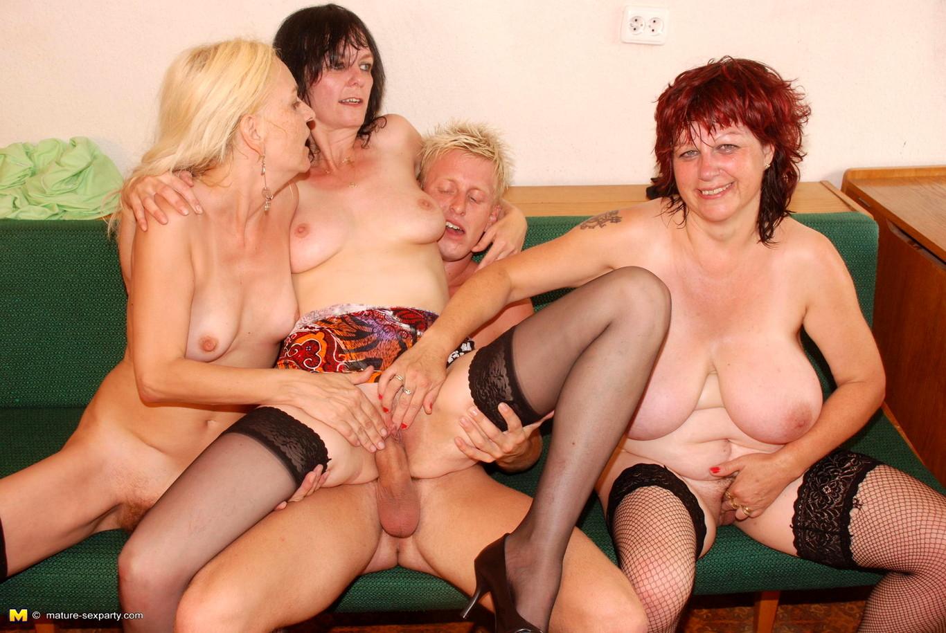 Три зрелые женщины и один парень, Три зрелые женщины и один студент счастливчик 1 фотография